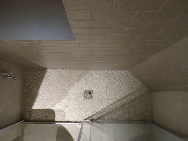 Piatto doccia in ciottoli di fiume  Shower base made of flat river pebbles     www.archedy.com