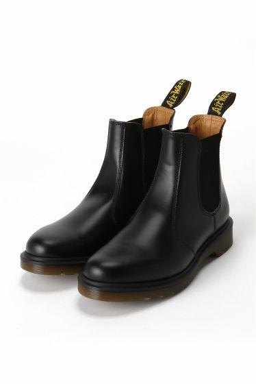 Dr.Martens chelsea boot  Dr.Martens chelsea boot 25920 定番のサイドゴアブーツです ゴアによってスムーズな着脱を可能にしながら堅牢性と弾むような履き心地の両方を実現しています ジュアルからクラシックなスタイルまで幅広いコーディネートに使用できる一足 Dr.Martens / ドクターマーチン クラウスマーチンズ博士によって開発されたラバーソールの靴から始まったブランド 独自のソールによる機能性とあらゆるファッションに合うコーディネイトできるデザイン性のフットウエアでカルチャーとファッションをリードし続けています