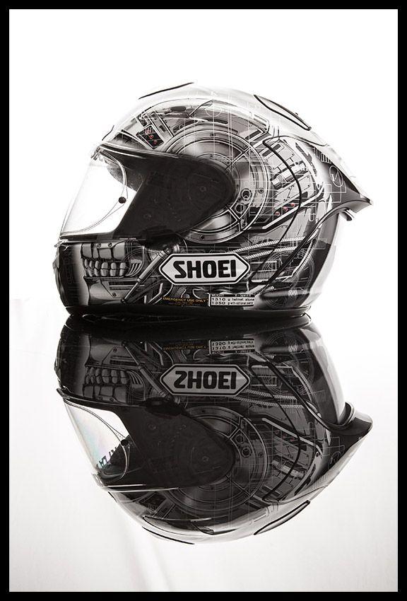 Superbe casque Shoei, fait main au Japon et en édition super extra limitée. Casque de la Team MSR compétition de Suzuki La Défense. Agence Dites-le www.dites-le.com © Elise Grynbaum #helmet #suzuki