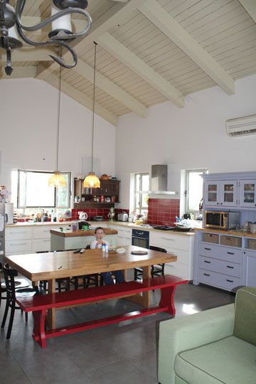 """המטבח הישן, לפני השריפה. הארונות וה""""אי"""" הוחלפו, פינת האוכל קיבלה מקום חדש, גדול ונוח"""