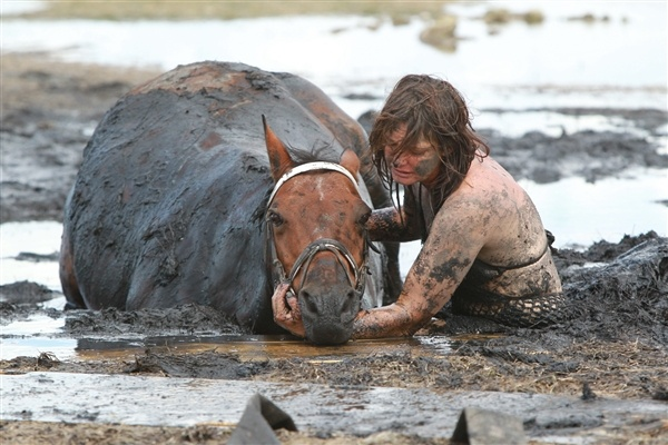 Woman battles for 3 hours to save her stuck horse from rising tide.