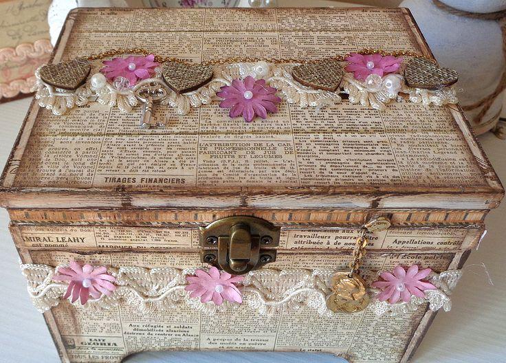 Cofanetto portagioie, lettere ecc. in  legno decorato a mano in stile Shabby Chic di Laradesigncreations su Etsy