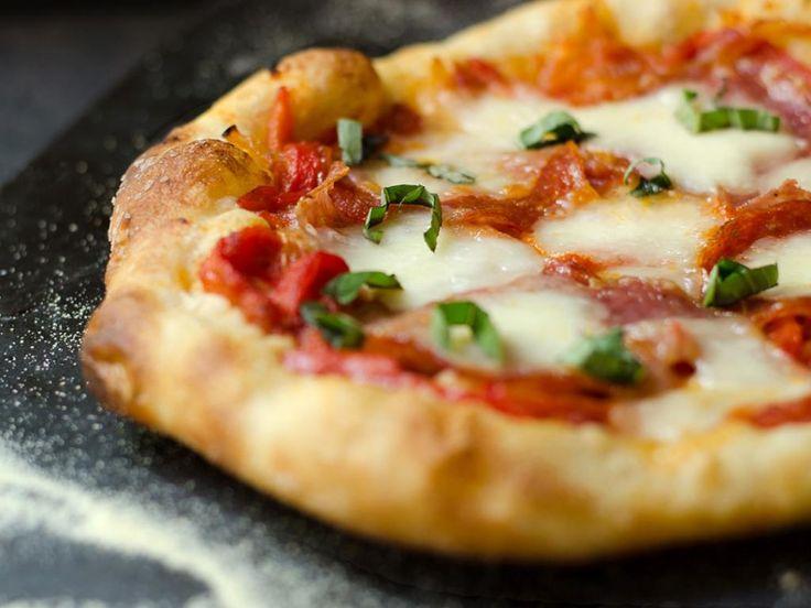 Receita da massa de pizza de Nancy Silverton com Peperonata, Salumi, e Pepperoni   Chic Eats