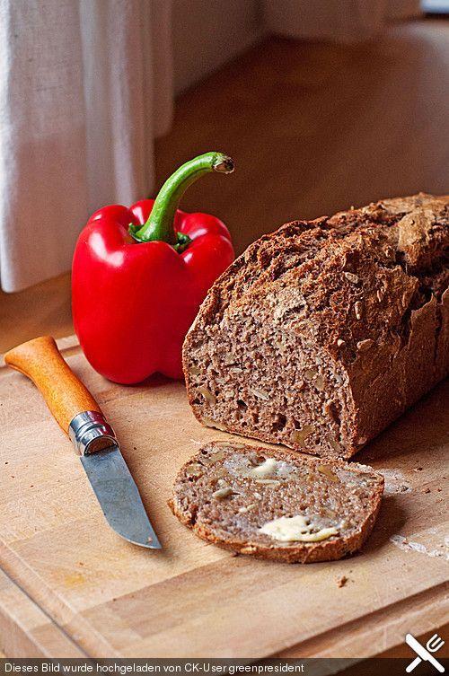 Saftiges Vollkornbrot, ein tolles Rezept aus der Kategorie Brot und Brötchen. Bewertungen: 1.163. Durchschnitt: Ø 4,7.