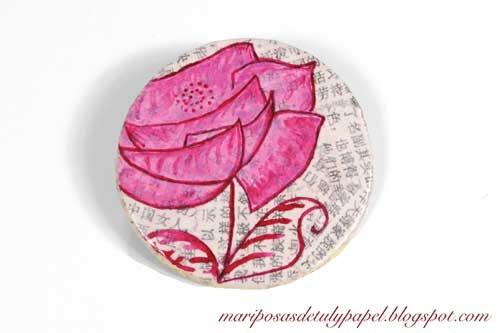 Broche con dibujo de flor en tonos rosas pintado a mano. $16,45