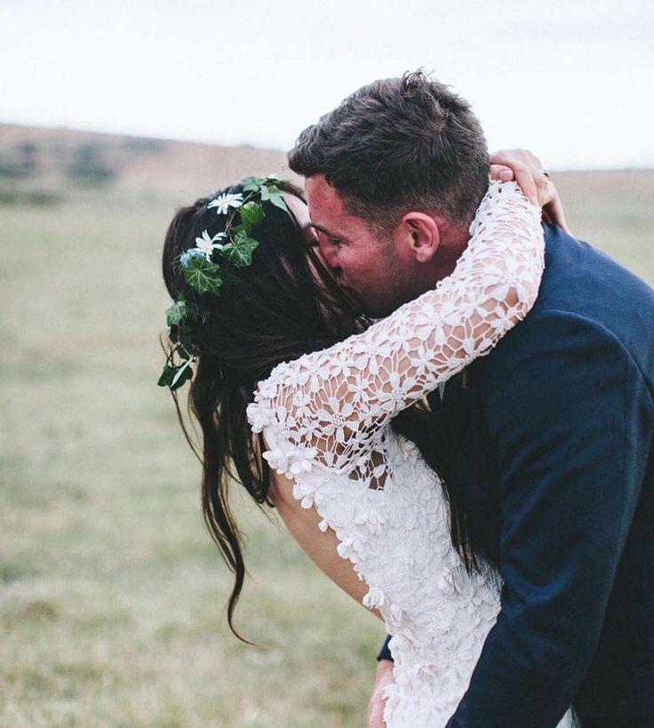 Buenos días Sunshine!                                                       #Kiss #besame #Wedding #WeddingDress #WeddingGown #VestidodeNovia #Novia #Bride #Groom #Couple #Beautiful  #Beauty  #FlowerCrown #Bodasalairelibre #Love #Happiness  #Inspiracion #Inspiration  #Bodas #BodasBonitas #NoviasBonitas #BlogdeBodas #Bodafy  Foto vía : @nouba_blog by bodafy