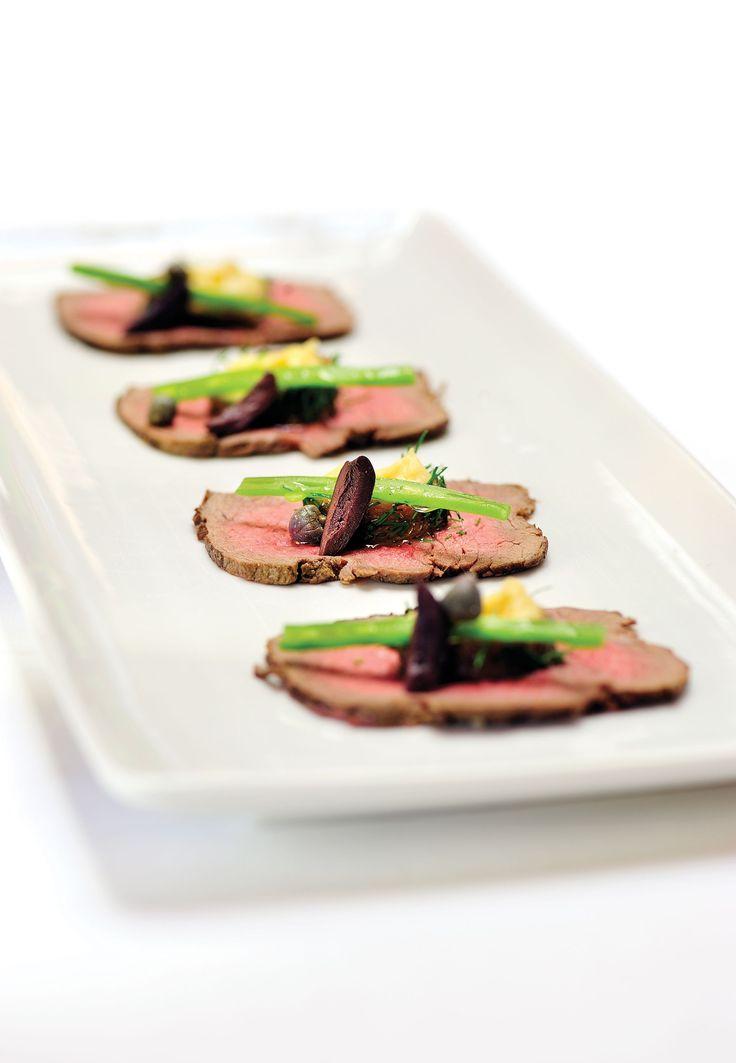 Gemarineerd roastbeef van Meritusrund met hummus van kikkererwten en ansjovis, kappertjes en zwarte olijfjes
