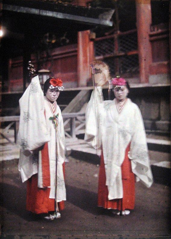 Albert Kahn - Archives of the Planet - Japan Miko dancers in the sanctuary Kosugi,Nara 奈良 - Autochrome - 1926-27