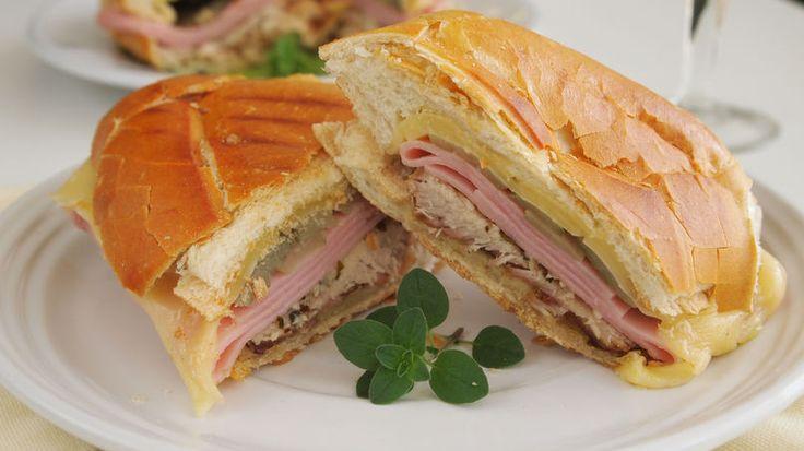 Un sándwich cubano de lechón es emblemático de la comida rápida cubana. Comenzó siendo conocido como un mixto cubano o sea un sándwich de jamón y queso al que le agregaron lechón asado con mojo y pepinillos. A mí me gusta prepararlo en casa con los sobrantes de lechón con mojo, si es que tengo la suerte de que sobre, aunque sea un pedacito. Te aseguro que es un bocadillo espectacular y te recomiendo que lo hagas.