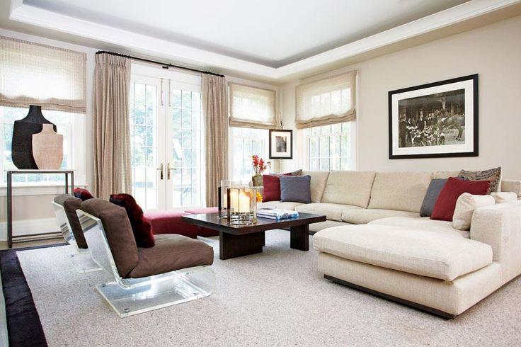 """Una casa con toques de diseño oriental  Clásico, el living se delimitó con un sofá en L con almohadones de colores (Minotti), alfombra de fibras naturales con borde de cuero, mesa ratona (Hudson Furniture), foto en blanco y negro enmarcada (Getty Images) y estanterías hechas a medida donde se exhiben óleos a tono con los almohadones. """"El"""".  /Rachel Laxer Interiors"""