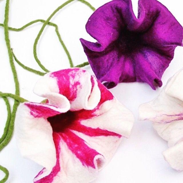 Diese wunderschönen, gefilzten Blumen von «Mafiz» bringen Frische in den Januar! Zu bestellen im ansalia Shop unter: https://ansalia.ch/dekoration/3-gefilzte-blumen-fuer-das-fenster-in-lila-und-weiss.html #andsalia #mafiz #blumen #gefilzt #filzen #handgemacht #einmaliges #marktplatzfuerhandgemachteprodukte #handgemachteprodukte #kreativeideen #kreativ #creative #ideen #ideas #diy #selbstgemacht #selfmade