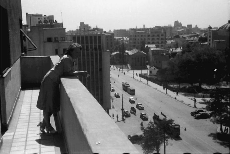 Privind spre Bulevardul Take Ionescu(azi Magheru) ]n 1941, în stânga vedem blocul ARO(cu cinematograful Patria la parter), în dreapta se vede Muzeul Simu. Foto: Willy Pragher