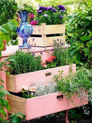 diy planter old crates, furnitureGardens Ideas, Dressers Drawers, Old Drawers, Old Furniture, Old Dressers, Gardens Container, Herbs Gardens, Chest Of Drawers,  Flowerpot