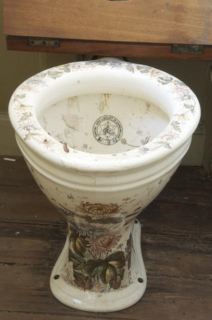 Toilet med blomsterflor i Nationalmuseets Klunkelejlighed. I 1902 blev WC'et indrettet med 'træk og slip'. (Nationalmuseet)