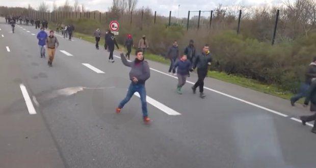 Calais ist ob seiner speziellen Lage am kontinentalen Eingang des Ärmelkanaltunnels, sowie dank seines Hafens, seit jeher wichtiger Knotenpunkt. Seit einigen Jahren jedoch werden die Vorzüge der Stadt, was Infrastruktur und Tourismus betrifft, zunehmend in den Schatten gestellt. Grund dafür sind die zehntausenden illegalen Migranten, die sich dort aufhalten und nicht erst in letzter Zeit zu einem gravierenden Sicherheitsrisiko werden – vor allem für die Einheimischen vor Ort.