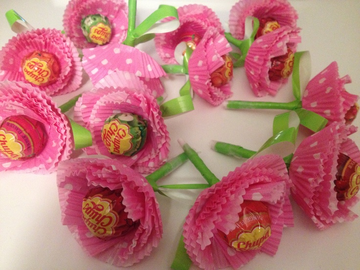 Chupa Chup Candy Flowers! DIY with the following materials: Cupcake-cups, green ribbon and Chupa Chup lollipops.