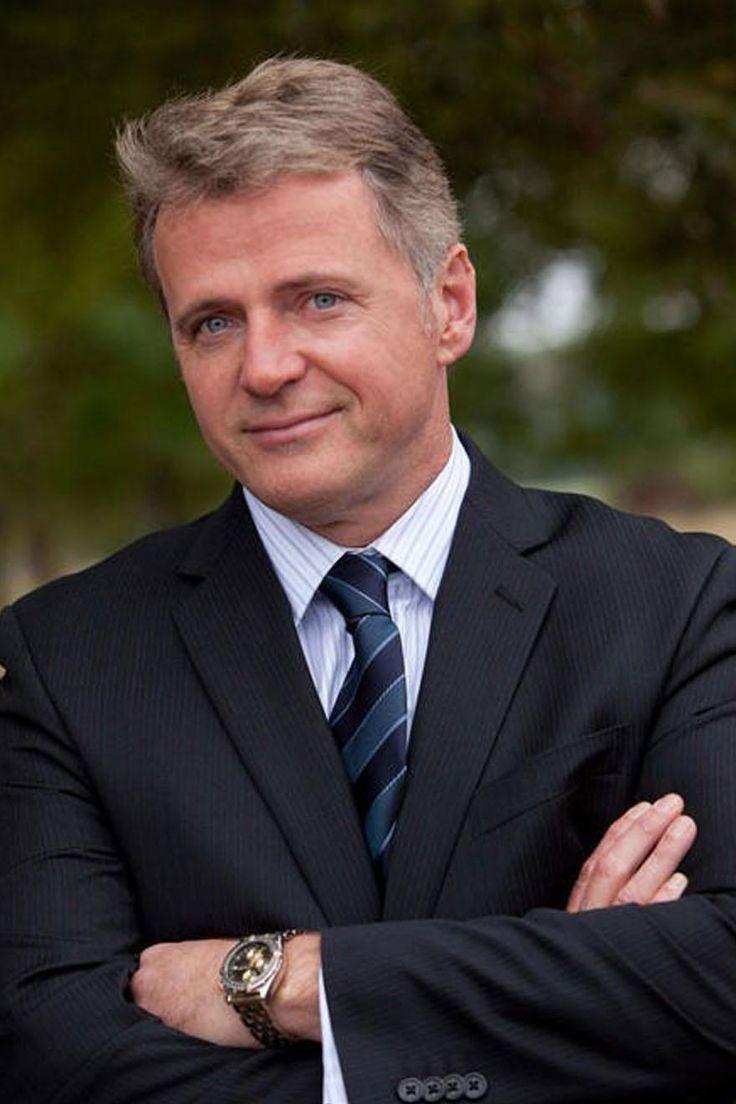 Aidan Quinn con i suoi grandi occhi chiari è il volto perfetto per  il padre di Tara, l'avvocato Alessandro Fari.