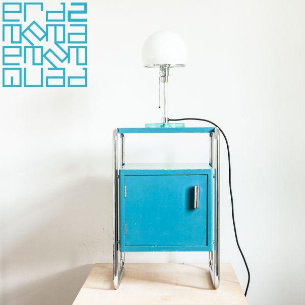 Thonet Bauhaus bedsite cabinet: Robert Slezak, Stahlrohr und Holz, 30er Jahre // Lampe Wagenfeld