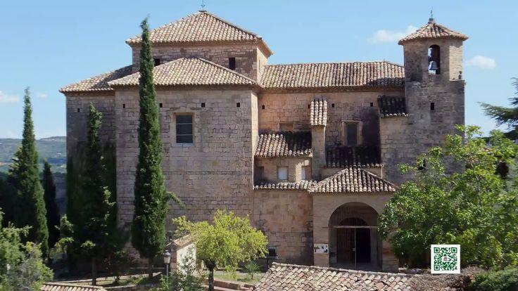 Alquézar, situado en la zona pre pirenaica de la provincia de Huesca, en la comarca Somontano de Barbastro, y en la orilla derecha del río Vero, muy cerca del Parque Natural de la Sierra de Guara. Un pueblo de economía tradicional agrícola, ha evolucionado hacia el sector turístico y de servicios.