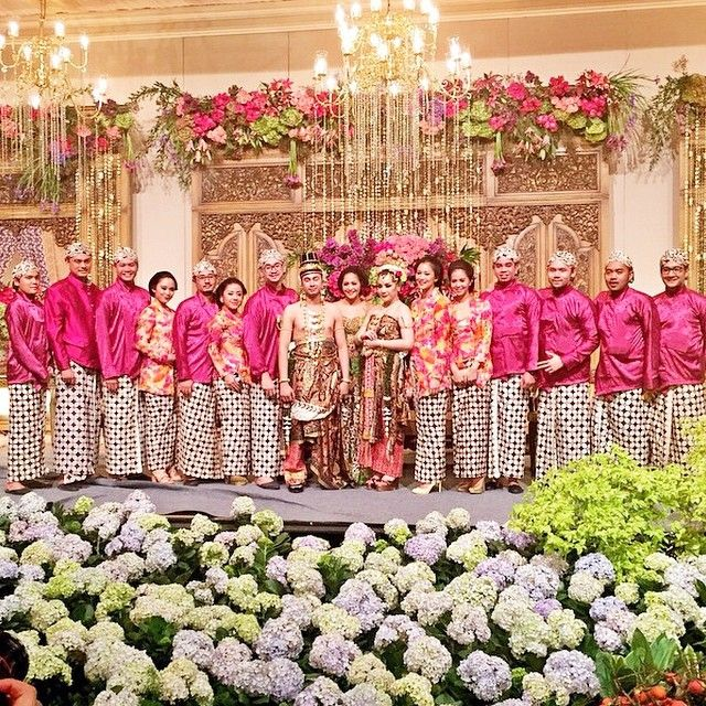 More post from wedding of the year. Our fav details on each wedding,The Bridesmaids.  The best combination of colors reflected on the bridesmaid and groomsmen javanese attire. Fuschia pink and printed orange pink flowers, what a gorgeous colors!  Thank you dearest @cacatengker for tagging us, congratulations once again for your sister and husband!