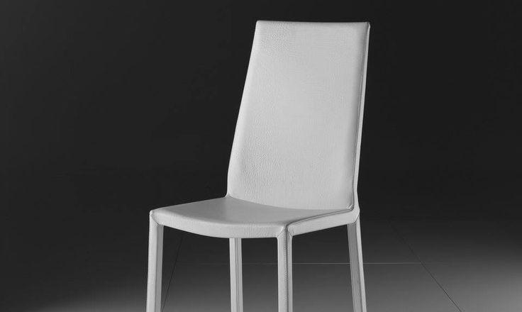 Sedia in pelle Eva Eva è una sedia dal design minimal ed elegante con telaio in acciaio completamente rivestita in pelle pieno fiore, eco-pelle, eco-nabuk, tessuto o lana. Gambe rivestite. Rivestimenti: ecopelle, econabuk, tessuto, lana, pelle.