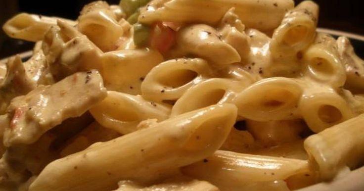 Εξαιρετική συνταγή για Πέννες αλ πόλο. Πέννες αλ πόλο (με κομματάκια κοτόπουλο, μανιτάρια, πολύχρωμες πιπεριές, παρμεζάνα και κρέμα γάλακτος). Recipe by deliciousnick