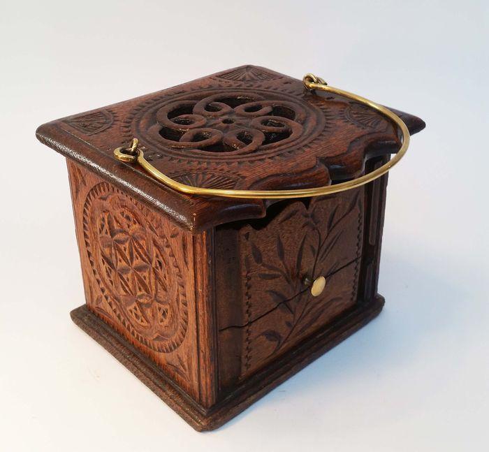 Online veilinghuis Catawiki: Eikenhouten volkkunst stoof - 18e eeuw