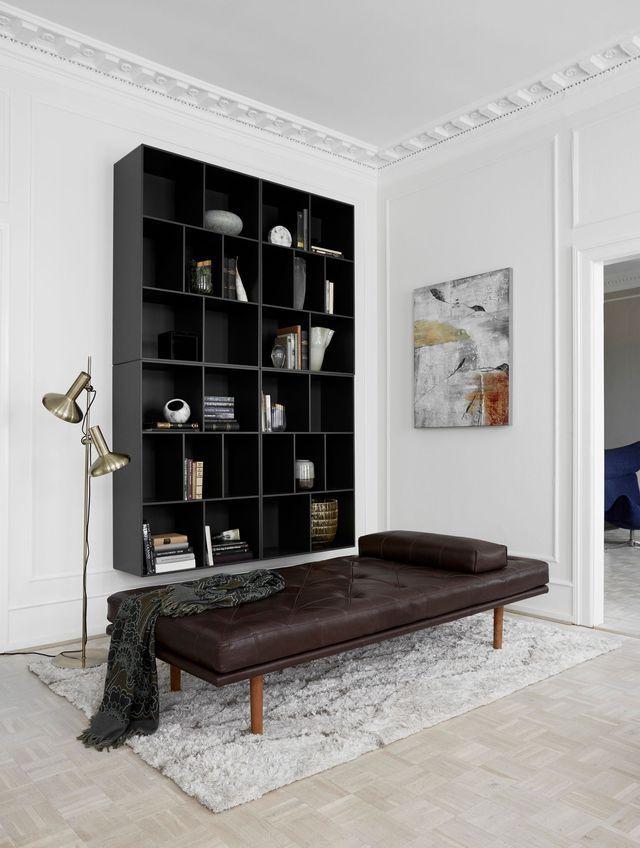 Lit de jour Fusion en cuir Oxford marron et placage noyer. Dimensions : H 46/60 x L 201,5 x P 85 cm. Prix : 2 529 euros, BoConcept