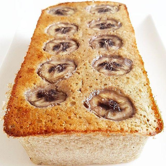 BUDIN DE BANANA ✔ Necesitas: 1 huevo 4 claras 2 cdas de semillas de chia 1 taza de avena 2 bananas maduras esencia de vainilla nueces picadas (opcional) 1 cdita de polvo para hornear endulzante 1/2 banana en rodajas para la parte de arriba ▶ Precalentar horno a 180 grados. ▶ Licuar todos los ingredientes. ▶ Colocar en budinera Colocar las rodajas de banana arriba. ▶ Hornear por 35-40 min aprox.