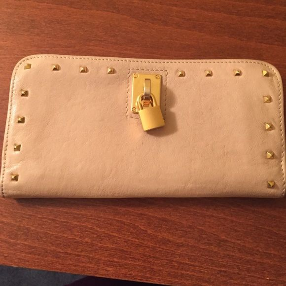 Authentic Marc Jacobs Wallet Preowned 100% Authentic Marc Jacobs leather  Wallet. There are two pen marks on the inside other than that the wallet is in very good condition! Marc Jacobs Bags Wallets