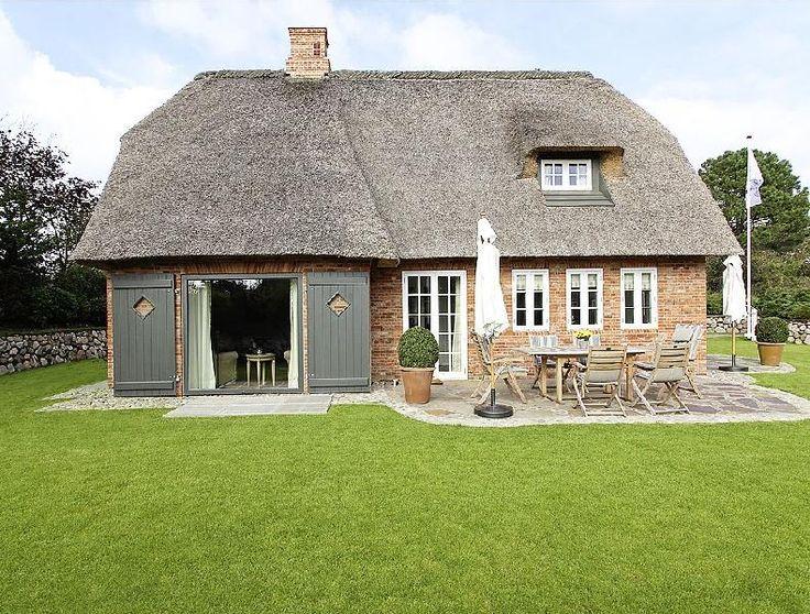 Typisches Inselhaus mit Reetdach, Sylt Germany