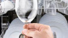 """Trübe Trinkgläser werden so wieder """"klar"""" So geht's Man braucht dazu Edelstahlpads und etwas Klarspüler. Die Gläser nun gut nass machen, auf den Pad einen tüchtigen Schuss Klar- bzw. Glanzspüler geben und die Gläser damit innen und außen so lange polieren, bis sie wieder glänzen. Zum Schluss gut abspülen. Habe mit dieser Methode schon einige meiner Trinkgläser gerettet."""