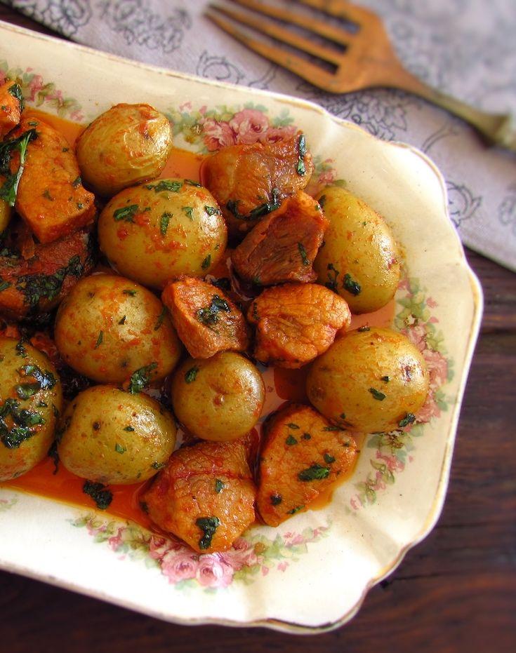 Carne de porco frita com batatas | Food From Portugal. Se gosta de carne de porco vai adorar esta receita! Carne de porco frita com batatas numa mistura deliciosa e simples de temperos! Esta é uma forma diferente e saborosa de cozinhar a carne de porco. Bom apetite!!!
