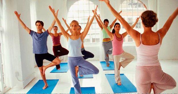 8 posições de yoga para fazer em casa - Guia da Semana