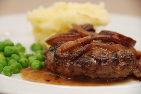 Hakkebøffer i ovn med lækre, bløde løg og en fantastisk brun sovs. Så smager hakkebøf ikke bedre, og det er en nem aftensmad, der kan serveres med kartoffelmos. Foto: Guffeliguf.dk.