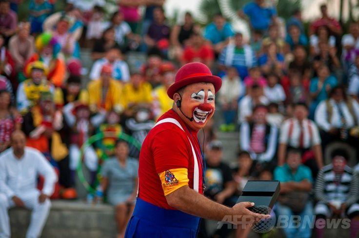 エルサルバドルの首都サンサルバドル(San Salvador)で開催されたラテンアメリカのピエロの祭りで芸を披露するピエロ(2014年5月20日撮影)。(c)AFP/Jose CABEZAS ▼25May2014AFP|エルサルバドルにピエロ大集合 http://www.afpbb.com/articles/-/3015710 #San_Salvador #Clown #Payaso #Pagliaccio #Klaun #Palhaco #Palyaco #Bufon #Badut #Klovn #Klovni #Bohoc