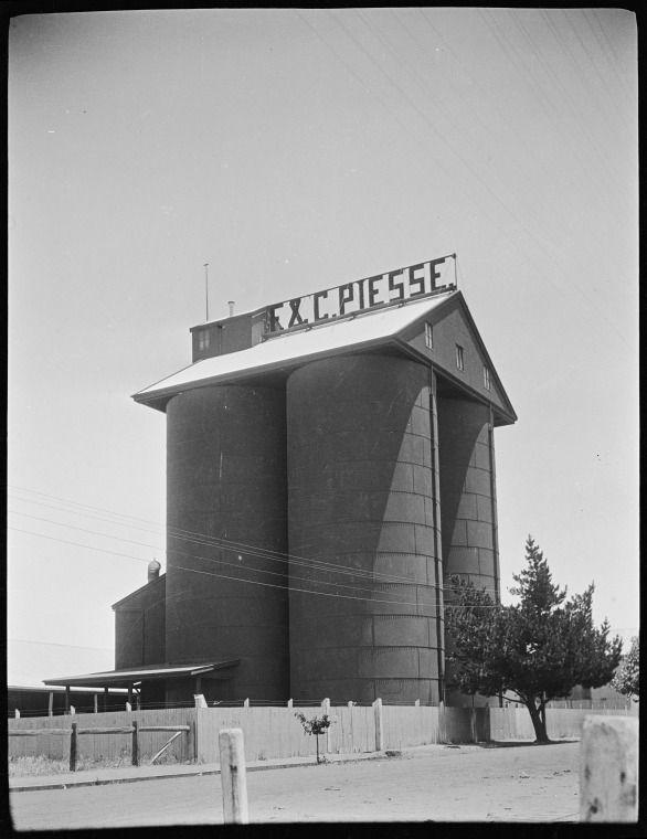 117592PD: Wheat silo, Katanning, 1917 http://encore.slwa.wa.gov.au/iii/encore/record/C__Rb4392423?lang=eng