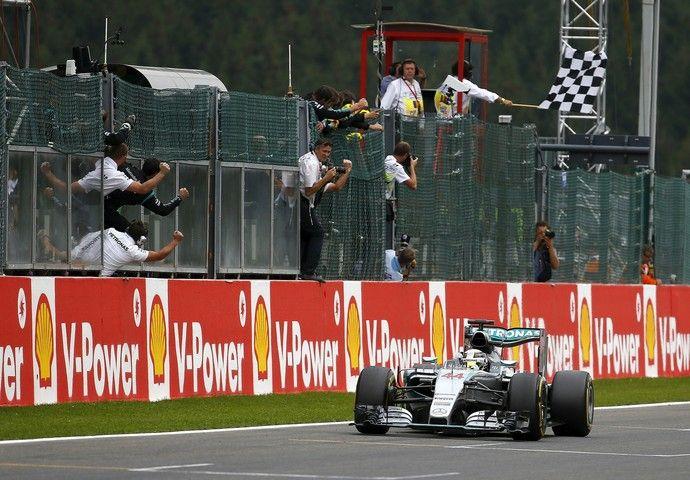 Lewis Hamilton recebe a bandeira quadriculada para a vitória no GP da Bélgica