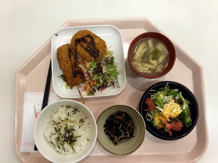 牛肉コロッケと串カツセット。514円。