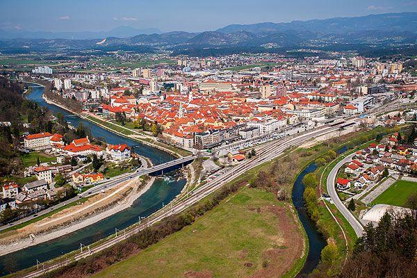 """Celje Szlovénia harmadik legnagyobb városa. Ahol a Voglajna folyó csatlakozik a Savinja folyóhoz, majd együtt dél felé a Szávába torkollanak, ott fekszik. Gazdag kulturális öröksége tanúskodik viharos múltjáról. Eredeti neve """"Keleia"""". Claudius császár idején (""""Celeia"""") gazdasági és katonai központ volt."""