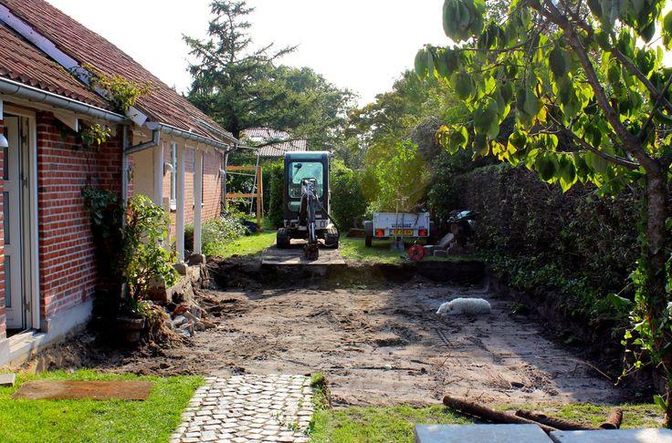 Begin met het afgraven van de grond. Er wordt een nieuw terras geplaatst, een pergola en een nieuwe tuinafscheiding gemaakt.