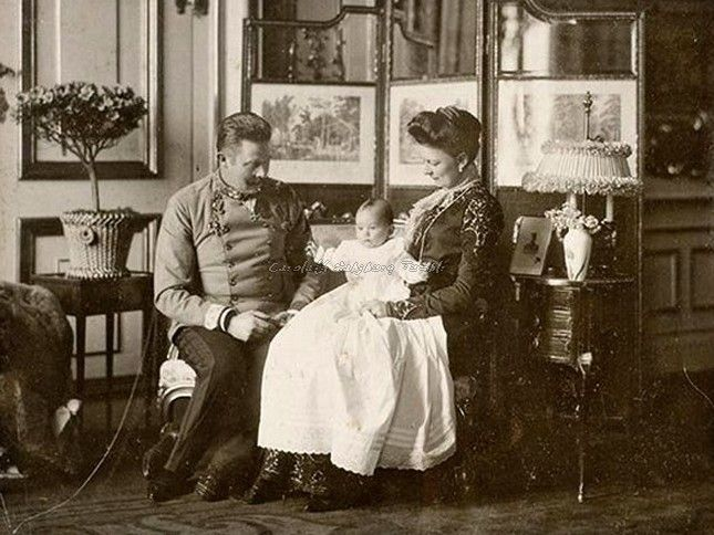 Archduke Franz Ferdinand  family  A new family : The archduke and Sophie with their little girl, Princess Sophie of Hohenberg, 1901.