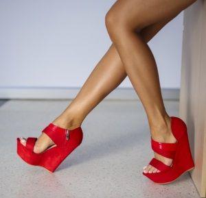 Sandale cu Platforma la Super preturi. Talpa inalta te va forta sa te misti un pic nenatural, :) de parca ai fi pe catalige, ceea ce va face deliciul domnilor, pentru ca mersul va parea mult mai sexy. ;)