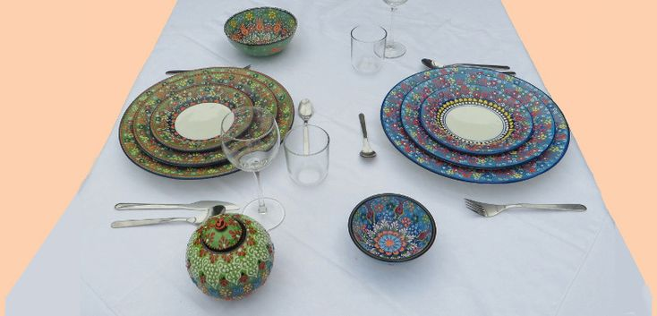 Exclusieve bordenset van Turks keramiekUnieke keramieken bordensets uit Turkije met prachtigehandbeschilderde patronen.Met dezekleurrijke borden creëer jeeen mooie sfeervolle gedekte tafel.De borden zijn handbeschilderd met loodvrije verf (dus foodsafe). Ze zijnvaatwasmachinebestendig en geschikt voor oven en magnetron.Deze3-deligekeramieken bordenset bestaat uit:Eén bord van 18 cm, één bord van 26 cm en één bord van 32 cm.De borden kunnen op verzoek ook losbesteld worden.