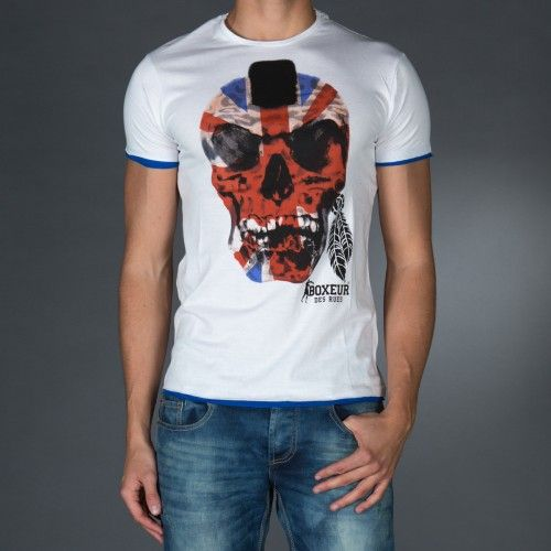 Treated roundneck t-shirt with contrast color profiles.Big vintage print on front.Application of a personalized patch on back.  € 23.90