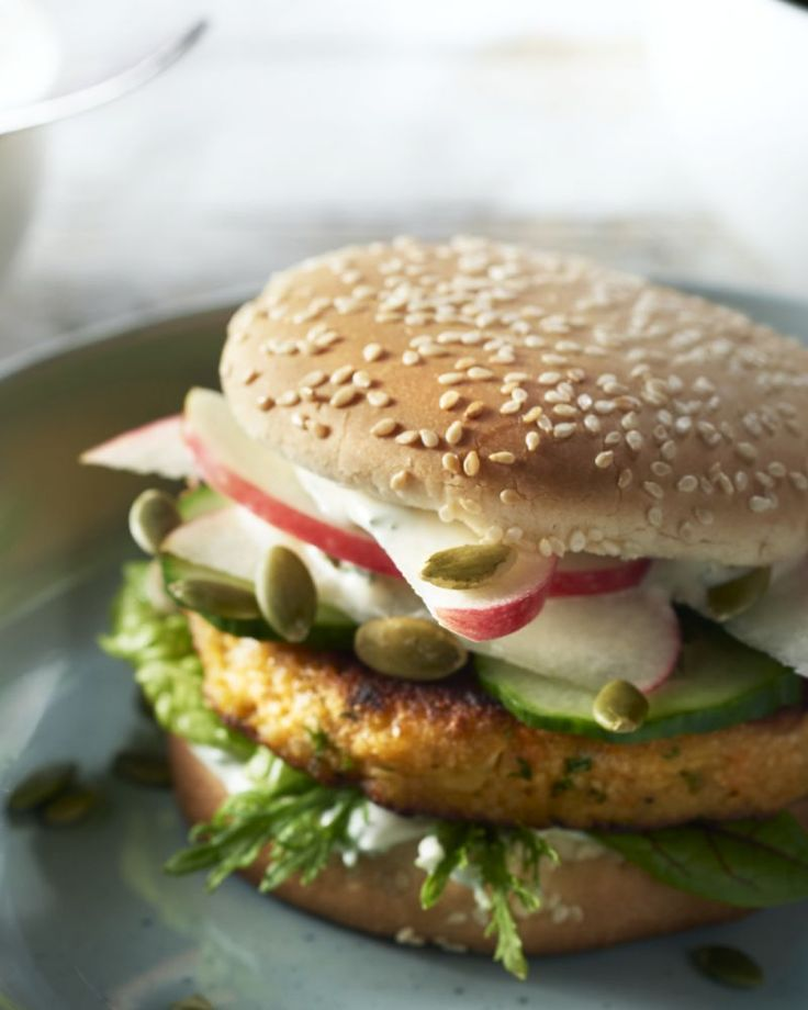 Maak zelf eens een superoriginele halloumiburger met zoete aardappel en courgette, echt een smaakbom! Do try this at home.