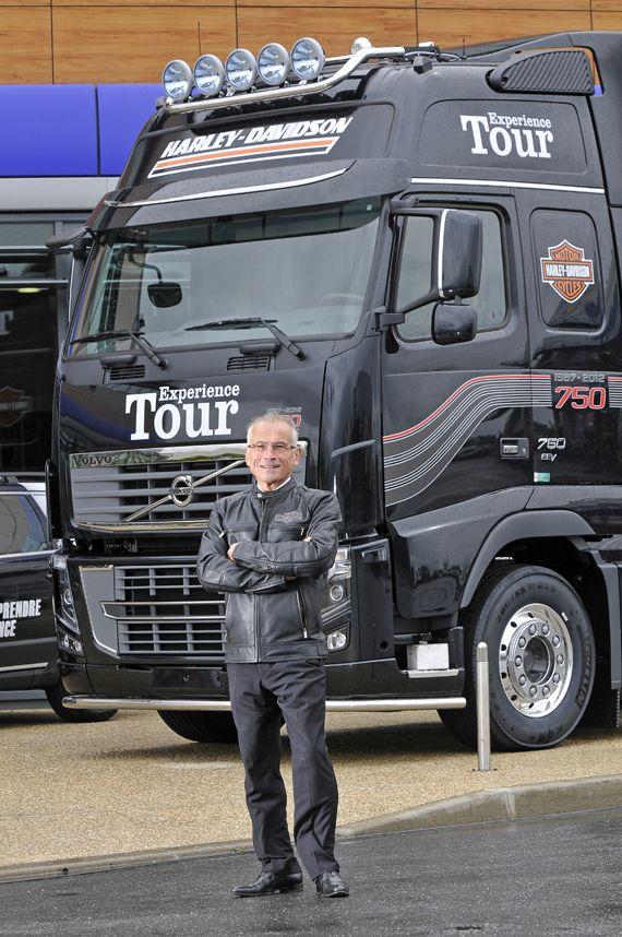 HARLEY-DAVIDSON & VOLVO TRUCKS : une même passion des moteurs - truck Editions  Jean-Noël Thénault, président Volvo Trucks France devant le Volvo FH16 750 remis à Harley-Davidson