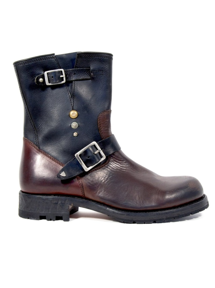 Le Marché Aux Puces. Two coloured leather boots. #black #brown #leather