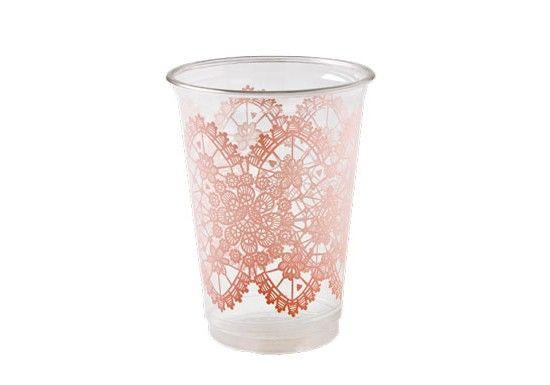 Rice est une marque danoise d'accessoires pour la maison. Elle est surtout connue pour sa vaisselle en mélamine colorée.Lot de 24 gobelets en plastique transparent, avec unmotif dentelle rose.Des gobelets colorés pour un anniversaire, un pique nique...