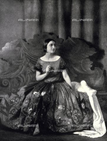 Portrait of a lady in elegant 1920s evening clothes. (c) Library of Fratelli Alinari Museum of the History of Photography, Florence